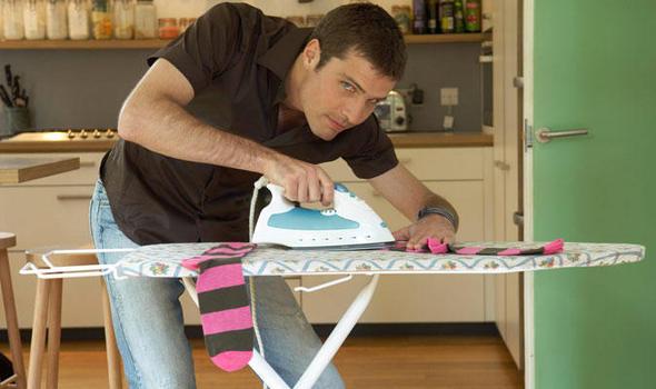 man-ironing-376334